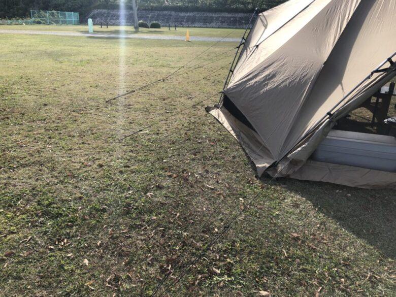 テントのガイロープが多いことを伝える画像