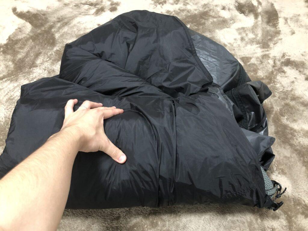 テントを丸めていく